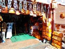 Традиционный магазин кожаных статей в улицах Джайпура Раджастхана Индии Стоковое фото RF