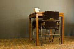 Традиционный обеденный стол в комнате тусклой. Стоковые Изображения RF
