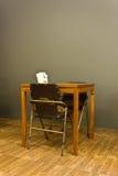 Традиционный обеденный стол в комнате тусклой. Стоковые Изображения