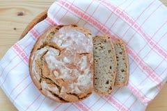 Традиционный домашний сделанный хлеб sourdough Стоковое Фото