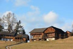 Традиционный дом фермы в горных вершинах Стоковые Изображения