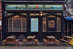 Традиционный паб Tudor Лондона поднял Стоковое фото RF