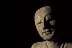 Традиционный постаретый высекать буддийского монаха стоковая фотография