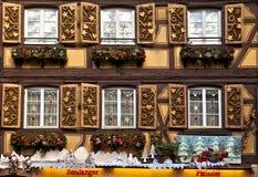 Традиционный половинный timbered дом красиво украшенный во время зимы Стоковая Фотография