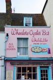 Традиционный ресторан устрицы в главной улице Whitstable стоковое фото rf