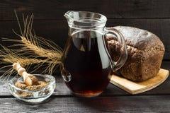 Традиционный русский квас питья Стоковая Фотография