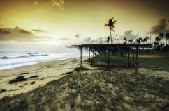 Традиционный рыболов на пляже песок зеленой травы и пляжа драматические и мягкие облака с желтым цветом во время захода солнца во Стоковое Изображение RF