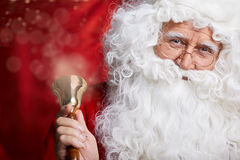 Традиционный Санта Клаус звеня на колоколе, xmas концепции стоковые фотографии rf