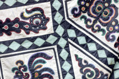 Традиционный символический орнамент на ткани smoth Формы животных дальше Стоковая Фотография RF