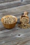 Традиционный смешанный рис зерна с Kitchenware на деревенской древесине Стоковые Изображения RF