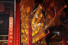 Традиционный спиральный ладан вставляет в китайском виске Стоковые Изображения RF