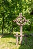 Традиционный старый деревянный крест с детальным художественным произведением стоковые изображения
