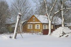 Традиционный старый дом в деревне в Польше Стоковая Фотография RF