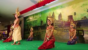 Традиционный танец Apsara в местном ресторане в городе Siem Reap, Камбодже сток-видео