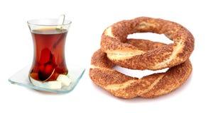 Традиционный турецкий бейгл сезама (simit) и турецкий чай Стоковые Изображения RF