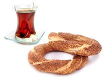 Традиционный турецкий бейгл сезама (simit) и турецкий чай Стоковое фото RF