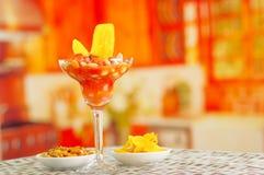 Традиционный эквадорский холодный томат основал блюдо с chochos, луками и обломоками банана, элегантным представлением ресторана Стоковые Фото