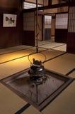 Традиционный японский домашний интерьер с баком чая смертной казни через повешение Стоковая Фотография