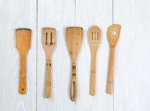 Традиционный cookware на белых деревянных досках Стоковое Фото