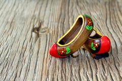 Традиционный Turkish пары Clog с привлекательным стилем и красочный на деревянном столе Стоковое Изображение