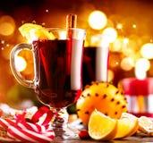 Традиционным обдумыванное рождеством питье вина горячее Таблица рождества праздника Стоковое фото RF