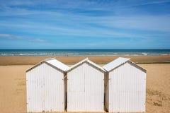 3 традиционных белых деревянных хаты пляжа на пляже Villers, Нормандии Франции Стоковые Изображения RF