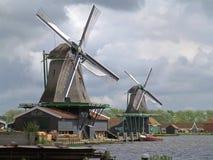 2 традиционных голландских ветрянки против облачного неба, Zaanse Schans Стоковые Фото