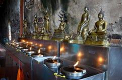 Традиция и культура Таиланда, масляной лампы тайских людей предлагая Стоковые Изображения
