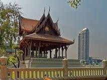 Традиция и современность в Бангкоке Стоковые Изображения RF