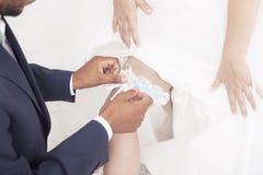 Традиция свадьбы нося подвязку Стоковая Фотография