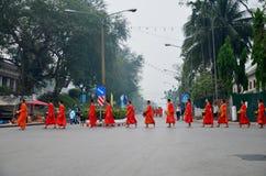 Традиция almsgiving с липким рисом шествием монахов wal стоковое изображение