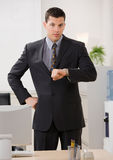 тревожено бизнесмен проверяя wristwatch Стоковые Изображения