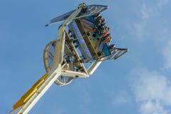 Тревоженые глаза молодые люди высокого в воздухе на ярмарке стоковые фотографии rf