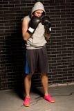 Тревоженый молодой боксер стоя ждущ его спичку Стоковая Фотография