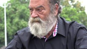Тревоженый старый бородатый человек видеоматериал