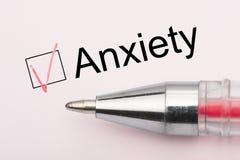 Тревожность - флажок с тиканием на белой бумаге с ручкой Концепция контрольного списока стоковая фотография