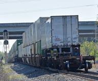 Трейлеры автожелезнодорожных перевозок в конце поезда стоковые изображения