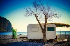 Трейлер каравана на солнечном пляже стоковое фото