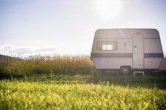 Трейлер каравана на сельской солнечной установке Стоковые Фото