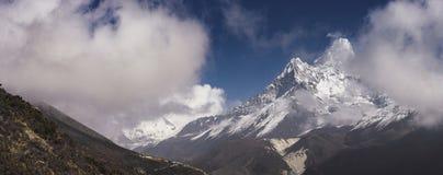 Трек базового лагеря Эвереста саммита dablam Ama в Гималаях Стоковые Фото