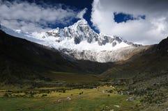Трек Перу, Санта Чруз на Blanca кордильер Стоковое Фото