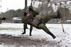 Тренажер для тренировки воинских parachutists перед Стоковая Фотография RF