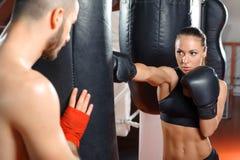 Тренер бокса тренирует его команду Стоковое фото RF