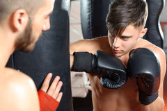 Тренер бокса тренирует его команду стоковая фотография rf