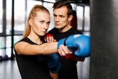 Тренер бокса тренирует молодую женщину Стоковое Изображение