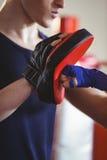 Тренер боксера и тренера практикуя в кольце Стоковое Фото