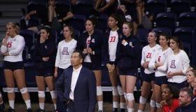Тренер волейбола женщин и его игра команды наблюдая Стоковые Изображения RF