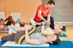 Тренер в классе фитнеса показывая протягивающ тренировку Стоковая Фотография RF