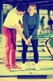 Тренер гольфа учит игре женщины Стоковое Фото