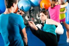 тренер женским пинком боксера sparring Стоковые Изображения RF